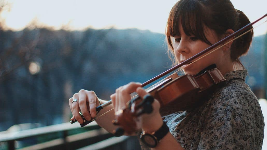 Violinist playing without shoulder rest